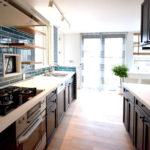 ブラックの輸入キッチンをコンテンポラリー・スタイルでまとめた実例
