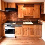 ラスティックな木製キッチン|総無垢で素朴なデザインが魅力